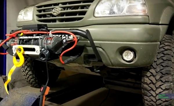 Лебёдка установлена в передний фаркоп для легкового автомобиля