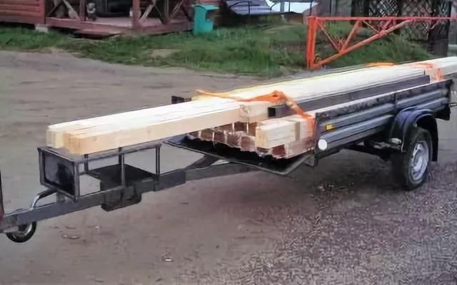 Удлиненное дышло прицепа облегчает правильную загрузку прицепа при перевозке длинномерных грузов