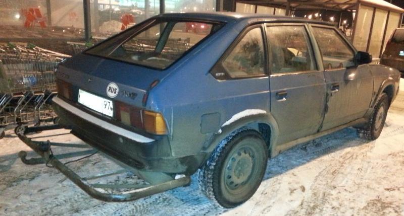 Самодельный фаркоп на автомобиле Москвич-2141. Такой фаркоп нужно регистрировать в органах ГИБДД либо демонтировать.