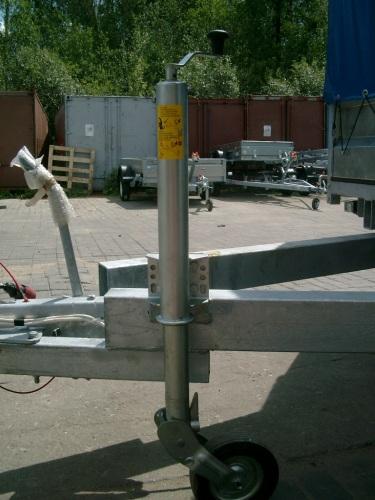 Опорная ножка на двухосном прицепе с тормозной системой