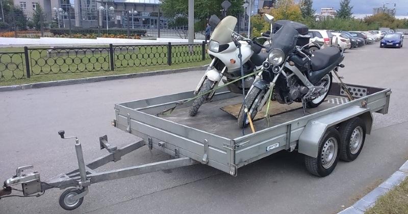 Два мотоцикла на двухосном прицепе без мотоловушек